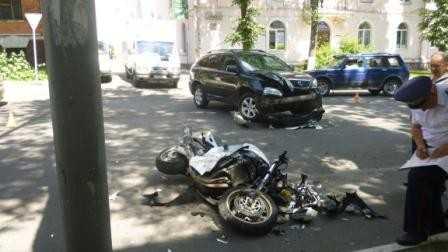 На улице Горького в Брянске «встретились» мотоцикл и Лексус