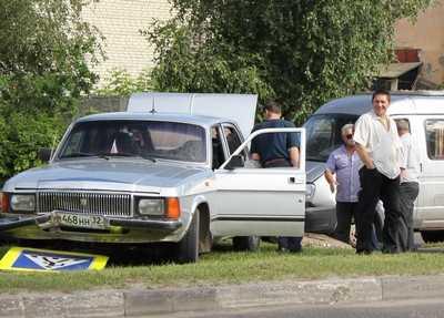 На проспекте Станке Димитрова у Волги после удара отвалился бензобак