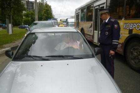 Брянский водитель, лишенный «прав», забаррикадировался в машине