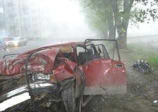 В Брянске водитель погиб, врезавшись в дерево