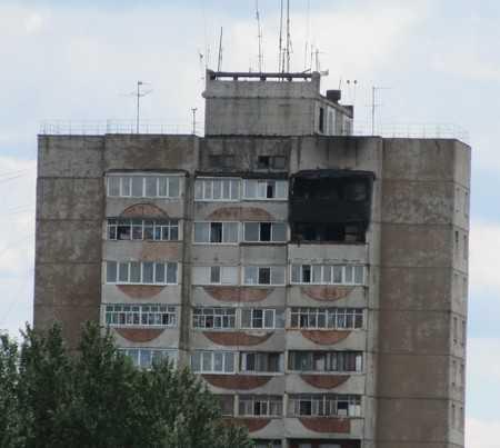 Брянским спасателям удалось вывести девочку из горящей квартиры