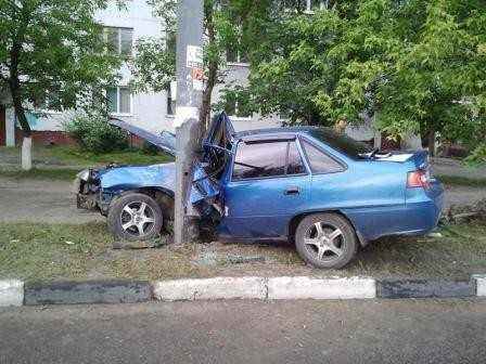 В Брянске молодая автомобилистка врезалась в столб и погибла