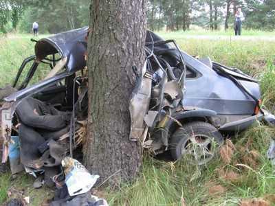 Под Навлей в аварии погибли три парня, девушка ранена
