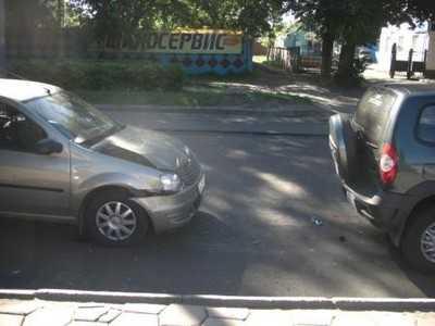 На проспекте Димитрова столкнулись автомобили, пострадал пассажир