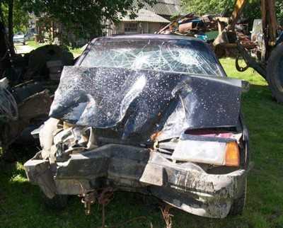 Под Дятьковом водитель Гольфа врезался в стоявший на дороге грузовик