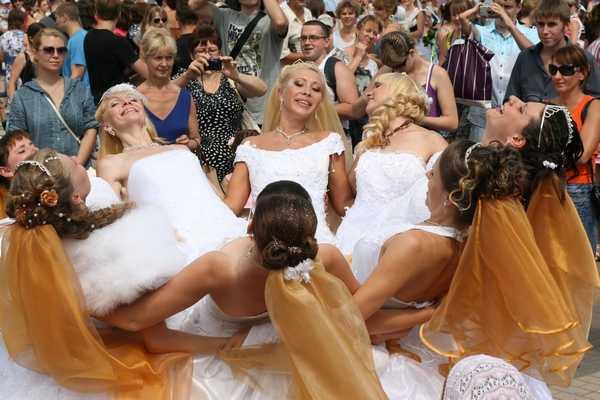 Парад брянских невест собрал тьму тьмущую фотографов