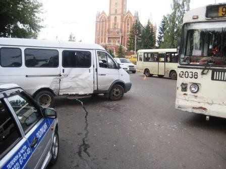 В Брянске троллейбус перевернул Газель