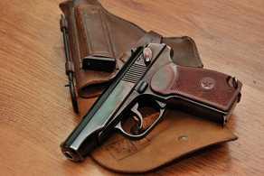 Брянский полицейский защитил женщину с помощью пистолета