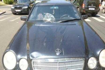 Mercedes «поднял» на капот женщину-пешехода