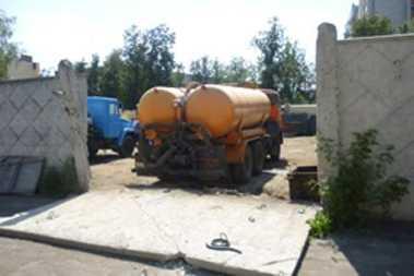 Бетонная плита, сбитая «КамАЗом» в Брянске, придавила женщину и ребенка
