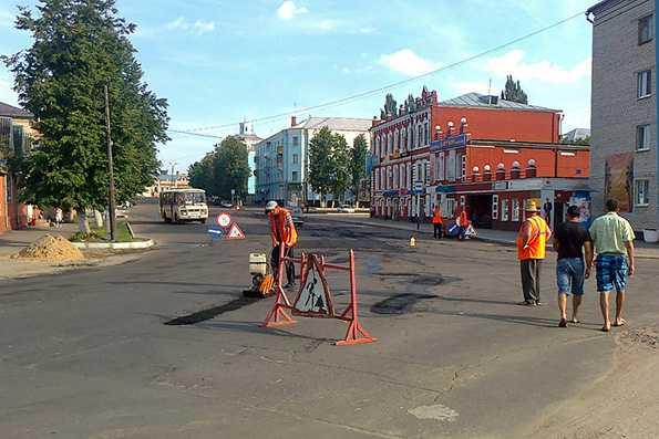 В Новозыбкове латают дороги тайком от горожан