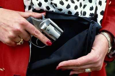 Пьяная жительница Тросны выстрелила подруге в живот