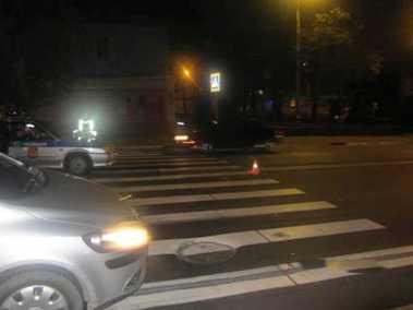 Дама не заметила пешехода в темноте