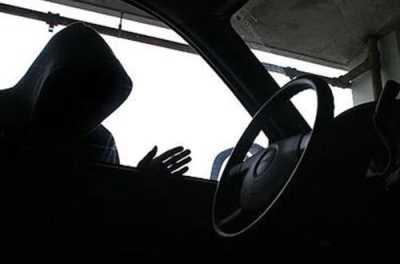 Брянские полицейские спасли угонщика такси от самосуда водителей