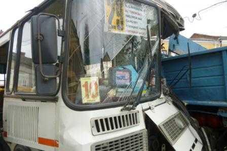 В Брянске автобус столкнулся с грузовиком, ранены трое