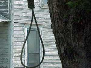 Брянская школьница повесилась рядом с домом