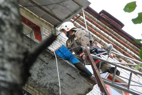 В Брянске с балкона 5-го этажа упали три человека: двое погибли