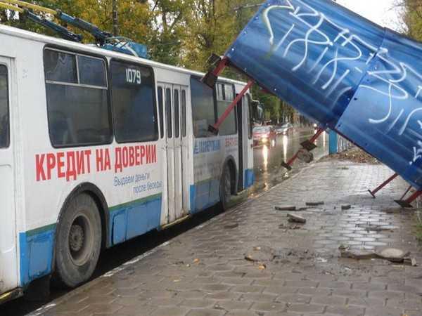 В Брянске троллейбус снес остановку