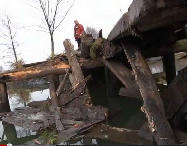 Рухнувший мост через Судость должны были починить к 15 октября. Видео