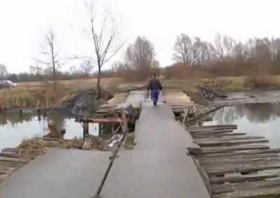 Ремонт обрушившегося моста через Судость не был завершен из-за денег