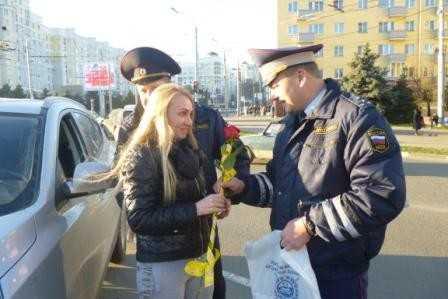 Брянские гаишники осыпали автомобилисток цветами накануне Дня матери