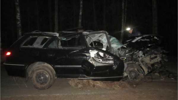 Брянская автомобилистка пьяной села за руль и врезалась в деревья