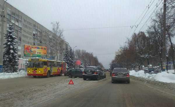 В Брянске вал аварий — чиновники хвалятся успешной уборкой снега
