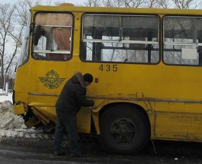 В Брянске Жигули врезались в городской автобус