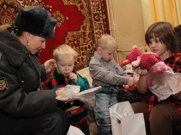 Брянские полицейские пришли к детям, чтобы «Подарить Рождество»