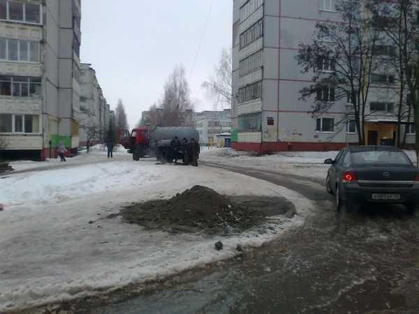 Яму тротуара, куда провалилась жительница Брянска, присыпали песком