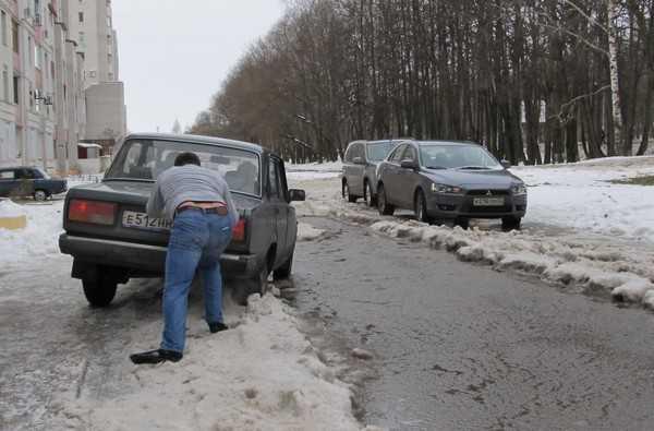 Совет мэра Брянска в гололед: «Натрите каблуки песком или наждачкой»