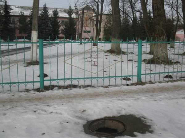 Брянская Гордеевка осталась без люков – в опасности дети и взрослые