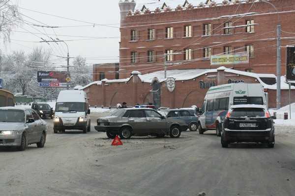 Брянские фигуристы на «автотазах» превратили в каток главные улицы. Видео