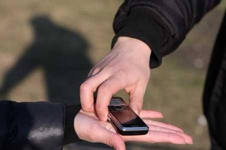 Два месяца брянский грабитель «звонил» по чужому мобильнику