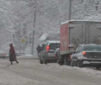 В Жуковке таксист врезался в снежный вал