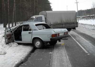 Под Брянском на обледенелой дороге столкнулись Волга и Газель