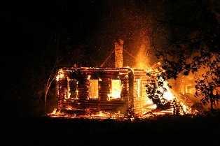 Житель Брянской области едва не сгорел, пытаясь спасти соседа