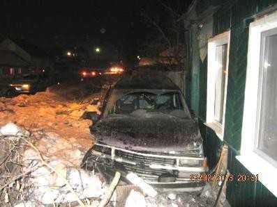 Брянская автомобилистка сокрушила внедорожником дом