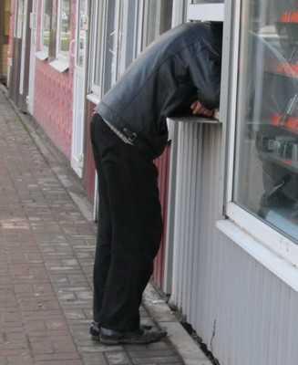 Бедная продавщица киоска потратила на себя 24 тысячи выручки