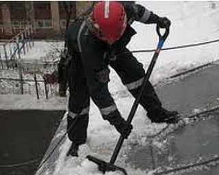 В Брянской области  погиб рабочий, очищавший крышу от снега