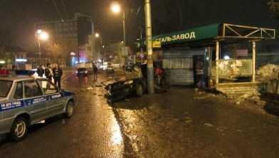 В Брянске иномарка протаранила  столб возле остановки