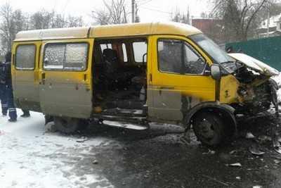 В Брянске столкнулись маршрутка и Мерседес, три человека ранены
