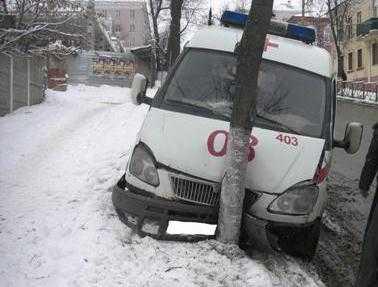 В Брянске машина «скорой» врезалась в дерево, пострадали трое