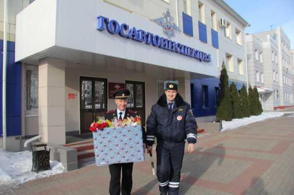 В день 8 Марта брянские автоинспекторы и байкеры осыпали женщин цветами