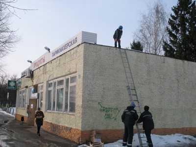 Брянские подростки ухитрились забросить друга на крышу магазина