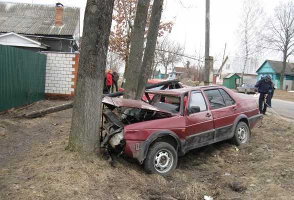 На брянской автодороге Фольксваген врезался в столб, Ауди – в дерево