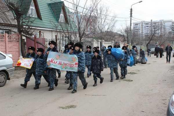 Кадеты и полицейские подмели и почистили Брянск