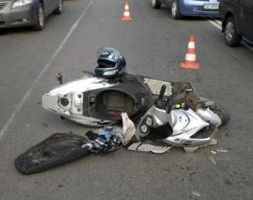 Водители мопеда и скутера врезались в легковушки