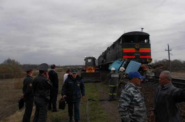 На брянском  переезде  поезд снёс автофургон – погиб один человек
