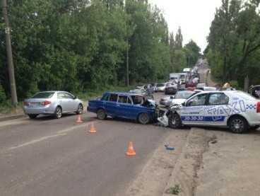 Брянская автомобилистка врезалась в такси